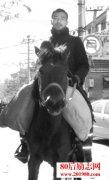 """80后小伙骑马""""纵横"""