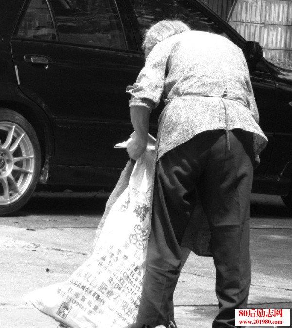 感人母爱:慈母讨米拱儿子上学的故事