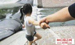 少女救了小偷,小偷