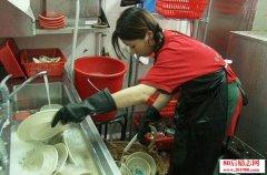 一位洗碗工从负债