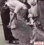 一个小男孩和一只蚂