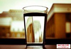 一家餐厅因为一杯水