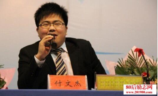 90后大学生付文杰从摆地摊卖盆栽开始创业,如今身家千万  90后创业牛人刘欣,在校创业时就获利百万