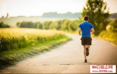 <b>61岁老人跑875公里:想赢得比赛,就必须整日不停地跑</b>