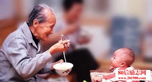 家里的老人为什么要给你带孩子?  老人带孩子的8个误区