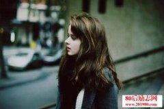 <b>伤感爱情句子:任何的暧昧,都是因为不够爱你</b>
