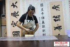 <b>福州90后美术专业女大学生,传承古字画修复技艺当裱褙师</b>