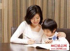 妈妈帮孩子检查作业